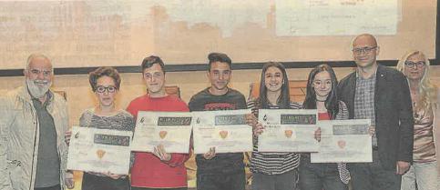 Mazzanti, primo a sinistra, premia i primi classificati a Vitamina C (foto Carlino)