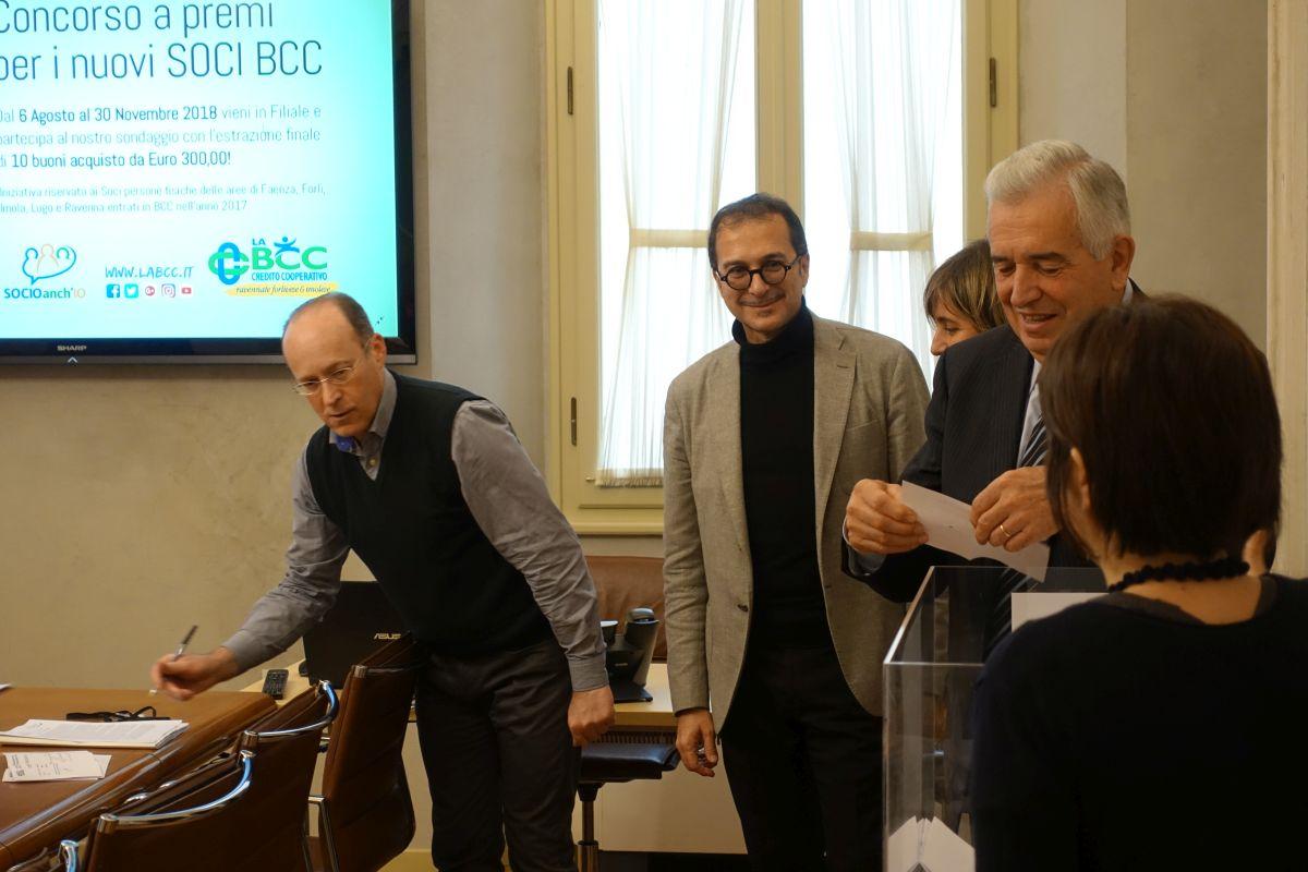 Il presidente de LA BCC Secondo Ricci estrae i vincitori