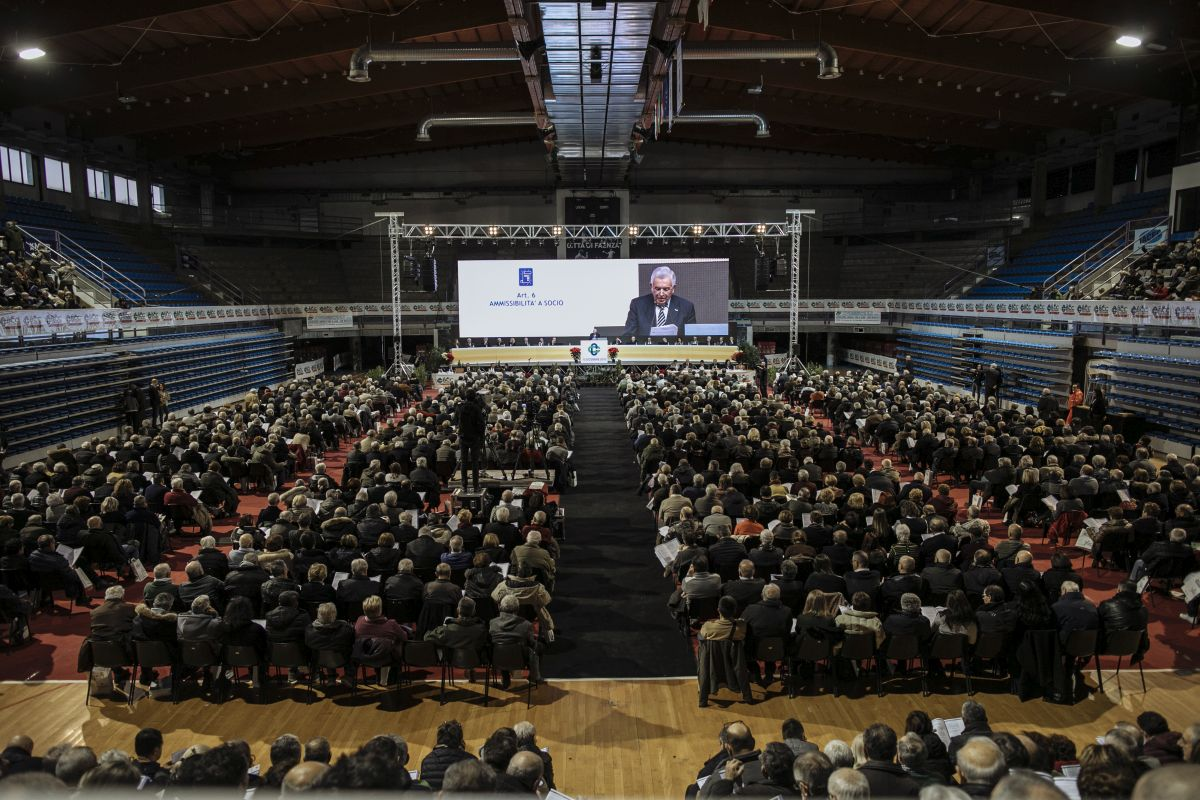 PalaCattani gremito a Faenza all'Assemblea de LA BCC del 15 dicembre