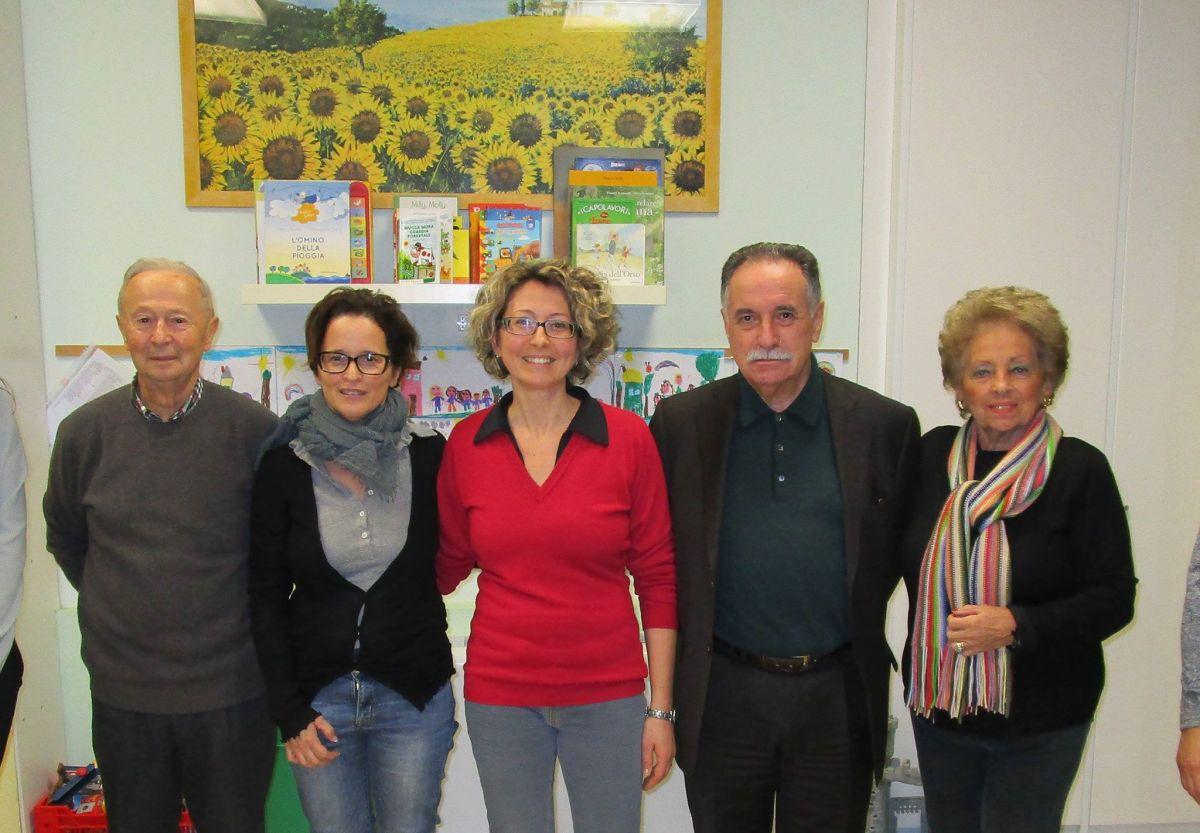 Gordini (secondo da destra) porta gli 8.000 euro di contributo de LA BCC all'asilo Azzaroli