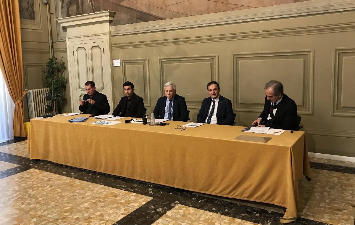 Fausto Poggioli de LA BCC (il secondo da destra) relaziona sull'accordo x la riqualificazione urbana