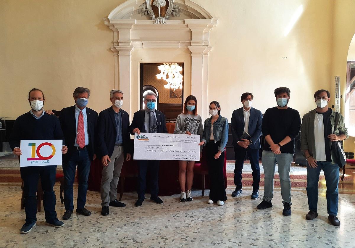 Giuseppe Benini presidente del Comitato Locale di Ravenna premia i vincitori della 2 E