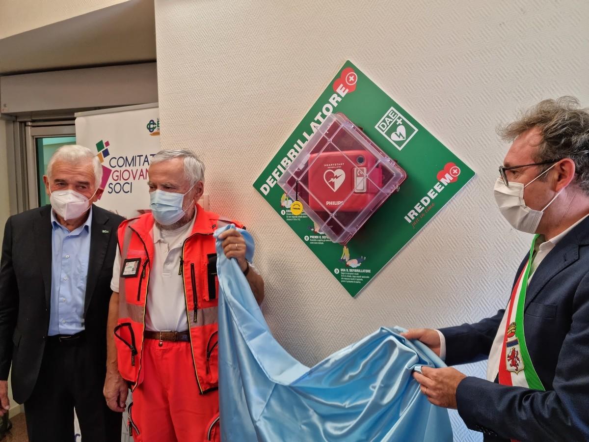 La cerimonia di inaugurazione del defibrillatore presso LA BCC