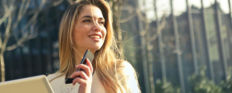 Donna con telefono_CP